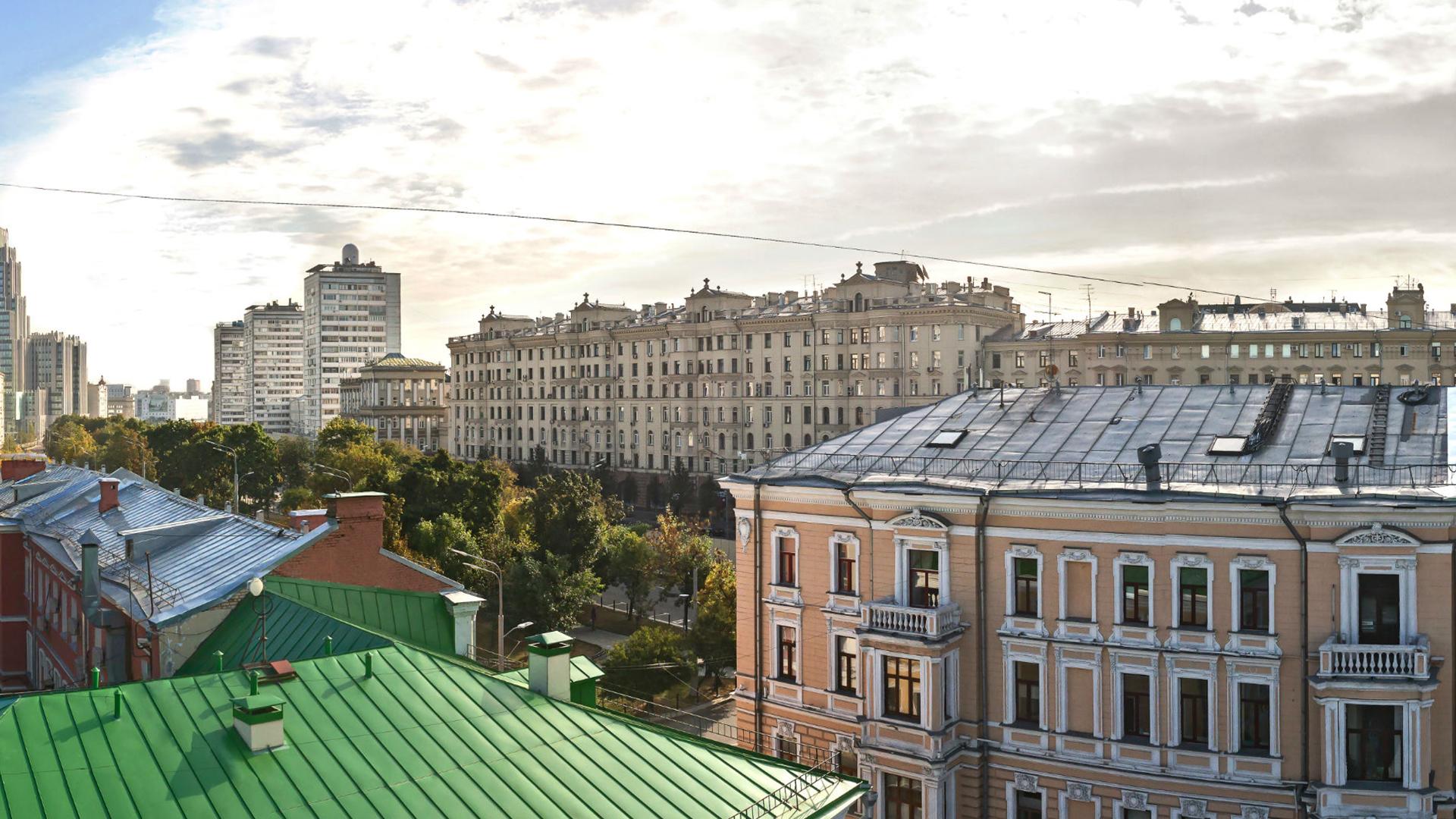 Вид из окон апартаментов на Оружейный переулок
