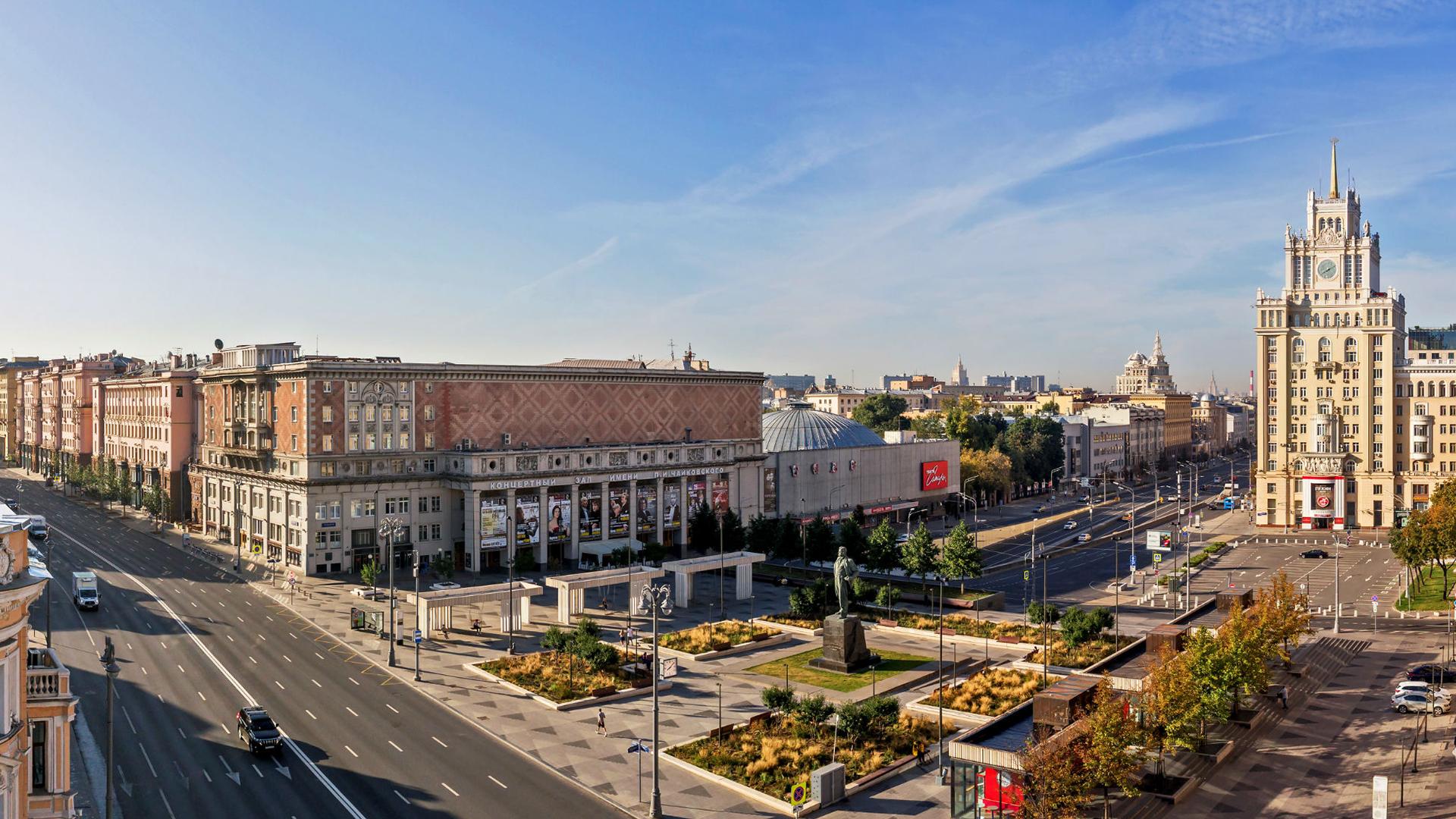 Вид из окон апартаментов на площадь Маяковского